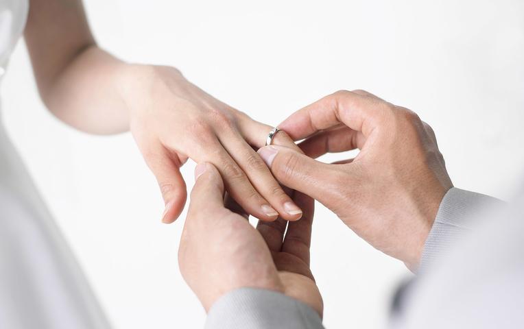 Мужчины тискают женщину руками по столом смотреть фото 765-370