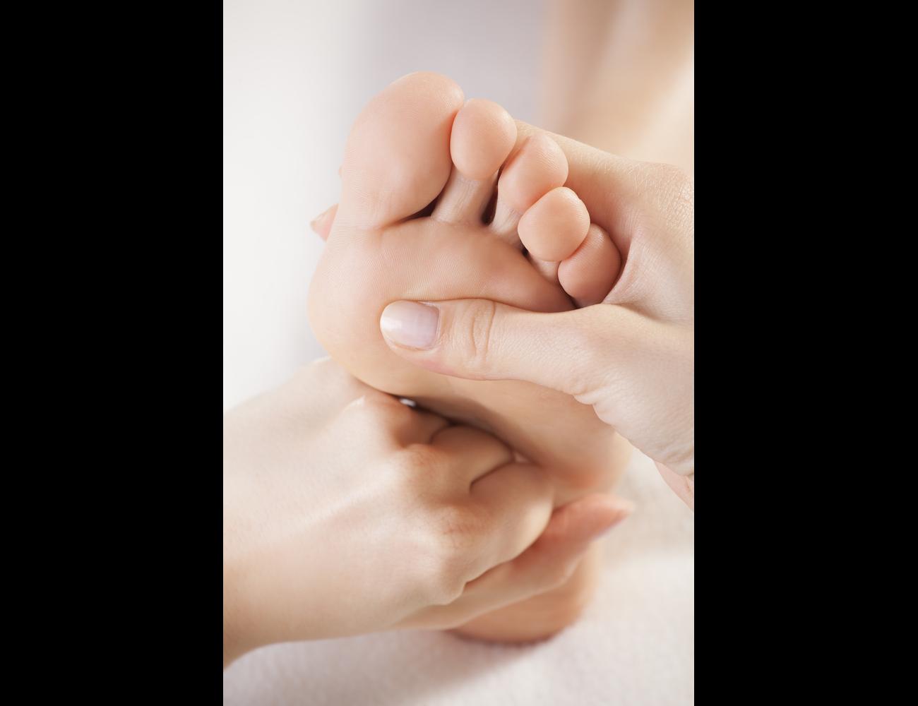Как вылечить мозоли на ногах и быстро убрать их (мази, кремы, ванночки)