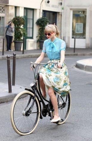 Катается в белой короткой юбке на велосипеде видео фото 415-214