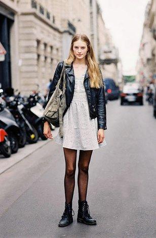 Блондинка в черных колготках нога на ногу фото 300-535