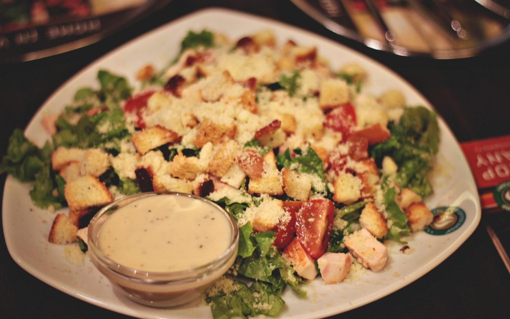 Цезарь салат в тарелке