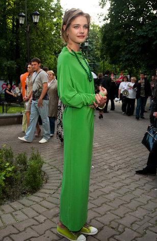 Длинное платье с кроссовками