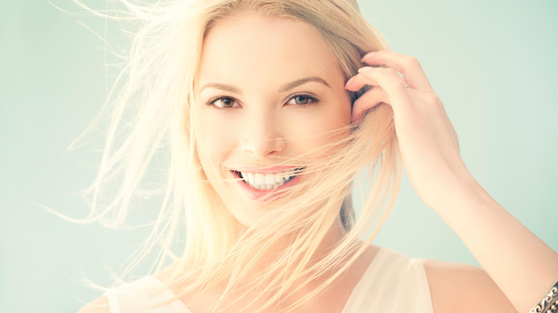 Улыбчивая блондинка рада попробовать себя в роли модели  45668