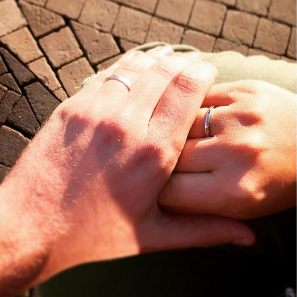 рука с обручальным кольцом фото