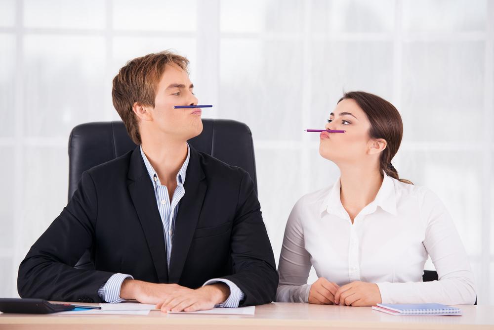 Как расположить коллегу по работе к сексу в кабинете