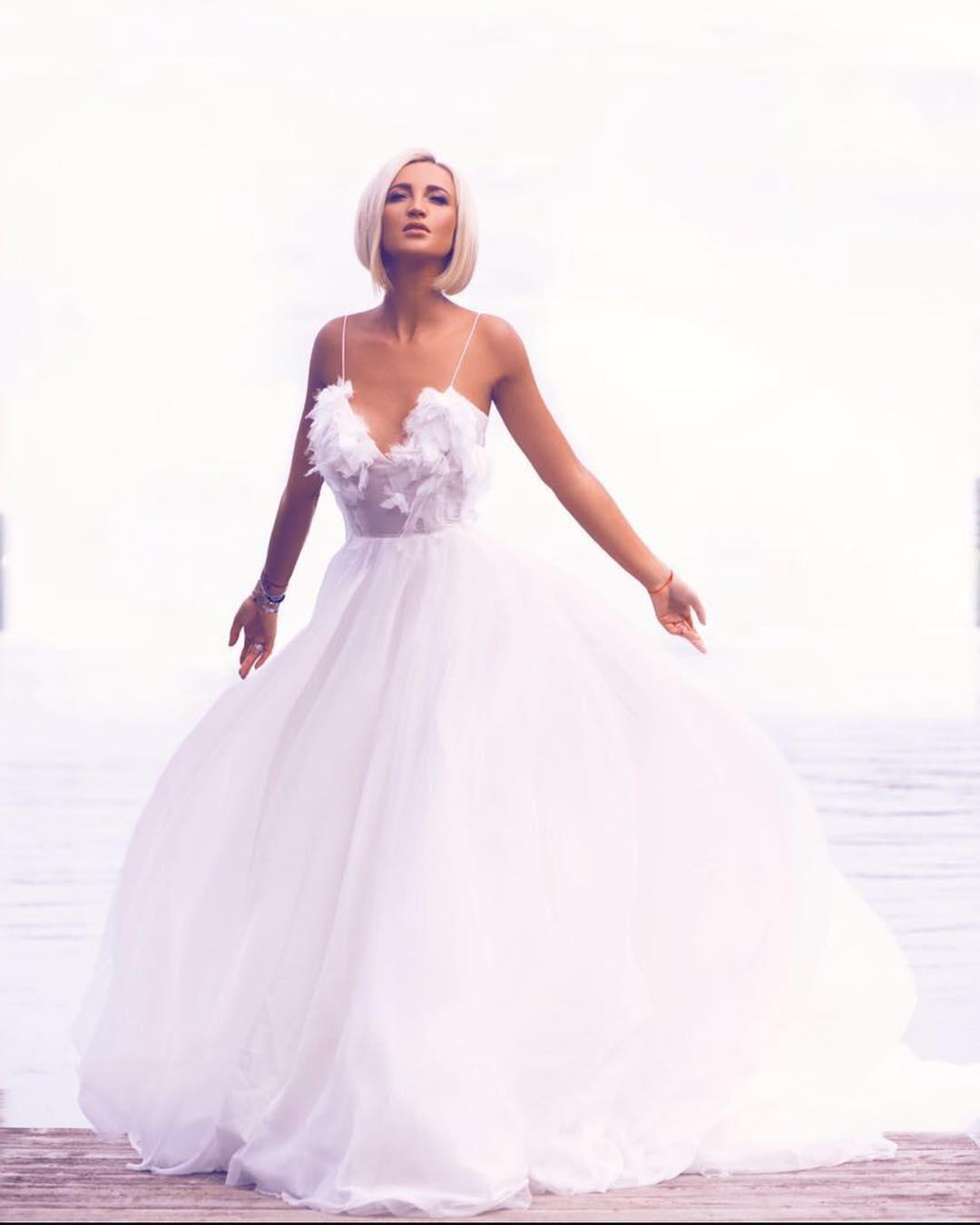 Анна Бузова примерила свадебное платье