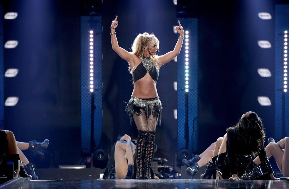 Грудь Бритни Спирс вырвалась наружу изкупальника впроцессе концерта вВегасе