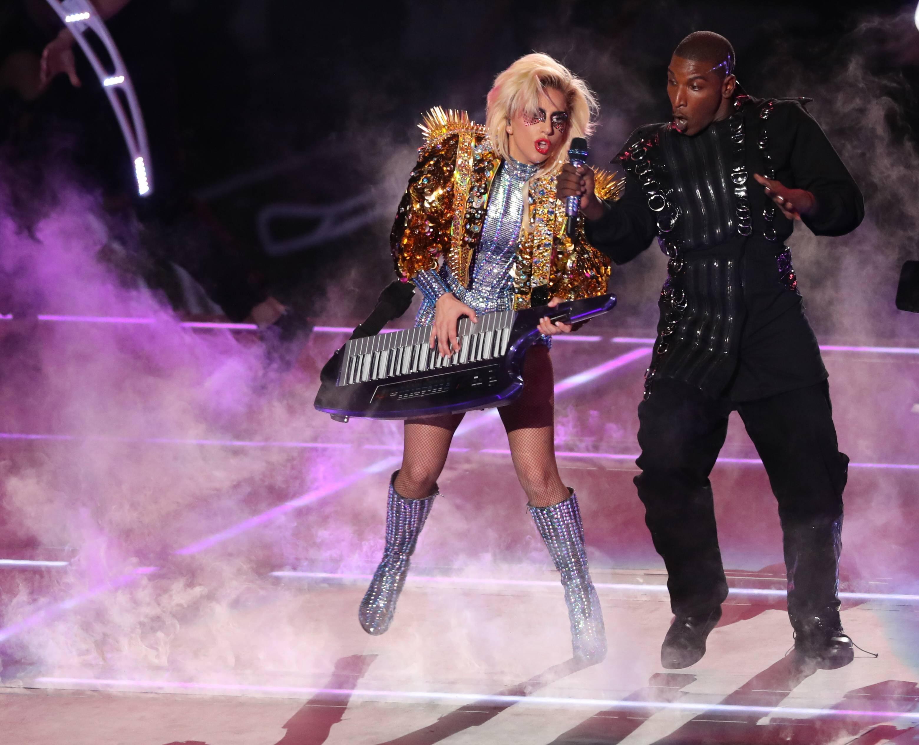 Леди Гага выступила стремя сотнями дронов