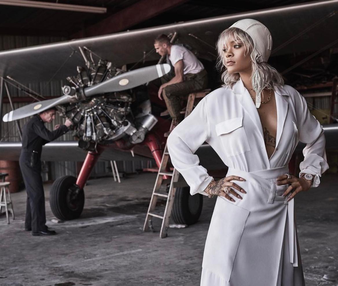 Пышный бюст, платиновый блонд икутюр: Рианна снялась вобразе шикарной летчицы