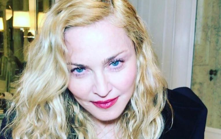 Отец удочерённых Мадонной девушек изАфрики обвинил ее впохищении детей