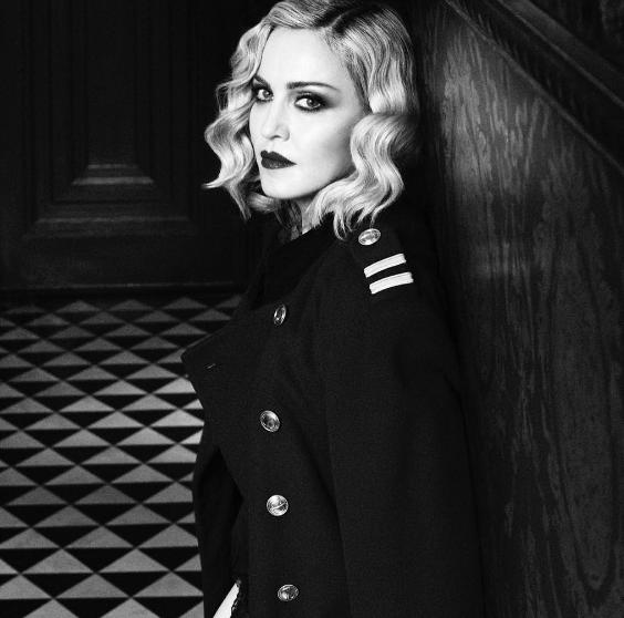 Обманным путем: родной отец удочеренных близняшек осуждает Мадонну вподлоге