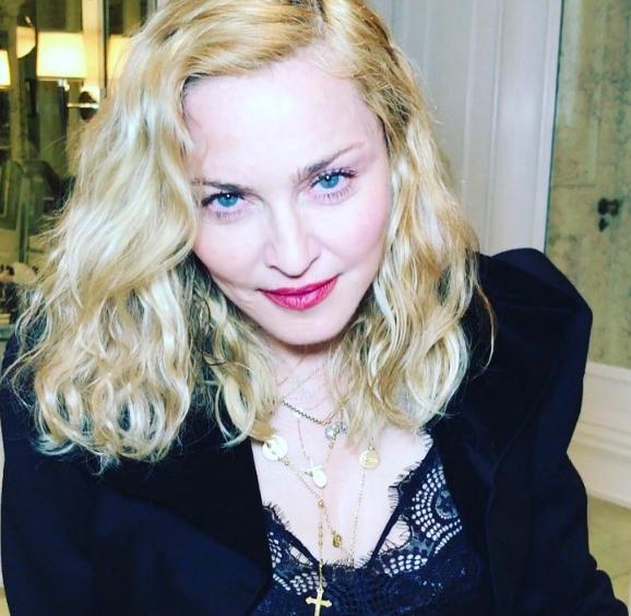Отец удочеренных Мадонной близняшек обвинил эстрадную певицу вобмане