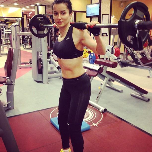 Тина Канделаки, ретушируя свое фото изспортзала, «затерла» собственный  пупок