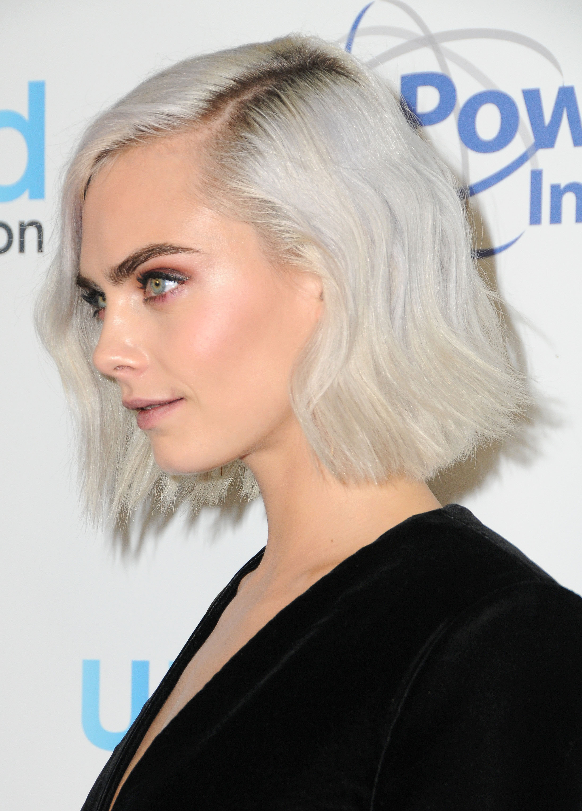 Кара делевинь с белыми волосами