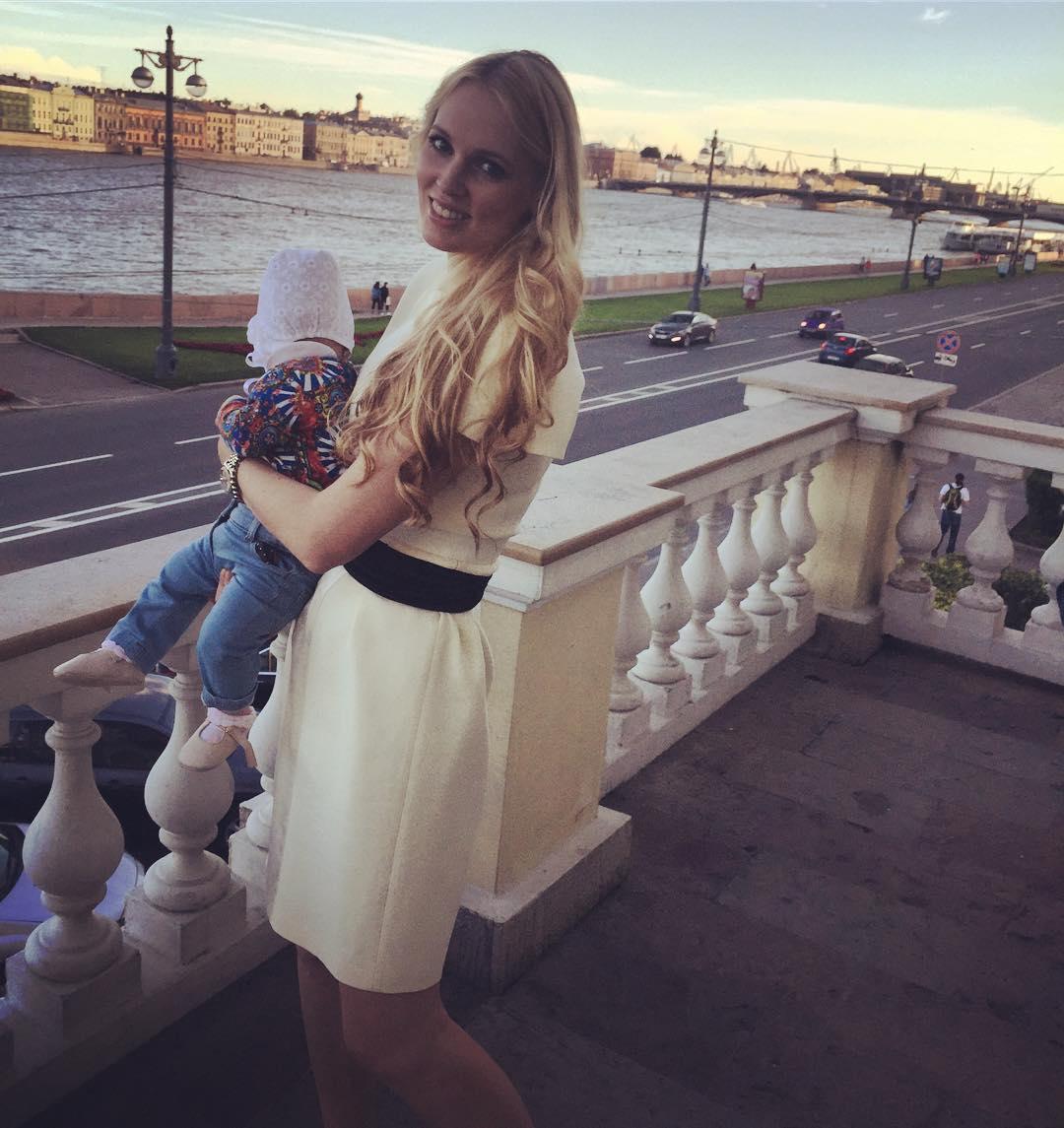 Молодая певица беременна от58-летнего помощника Путина