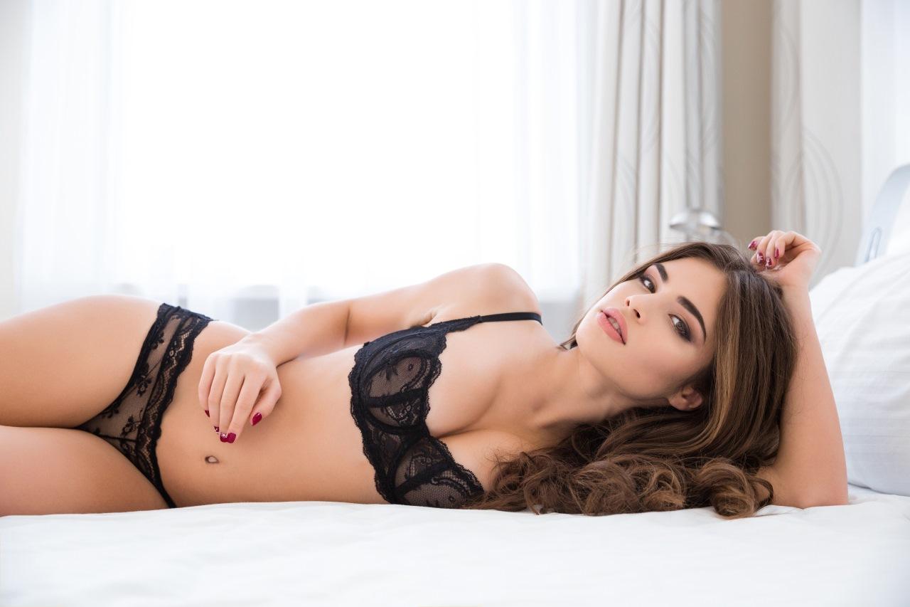 seksi-modeli-v-posteli-onlayn