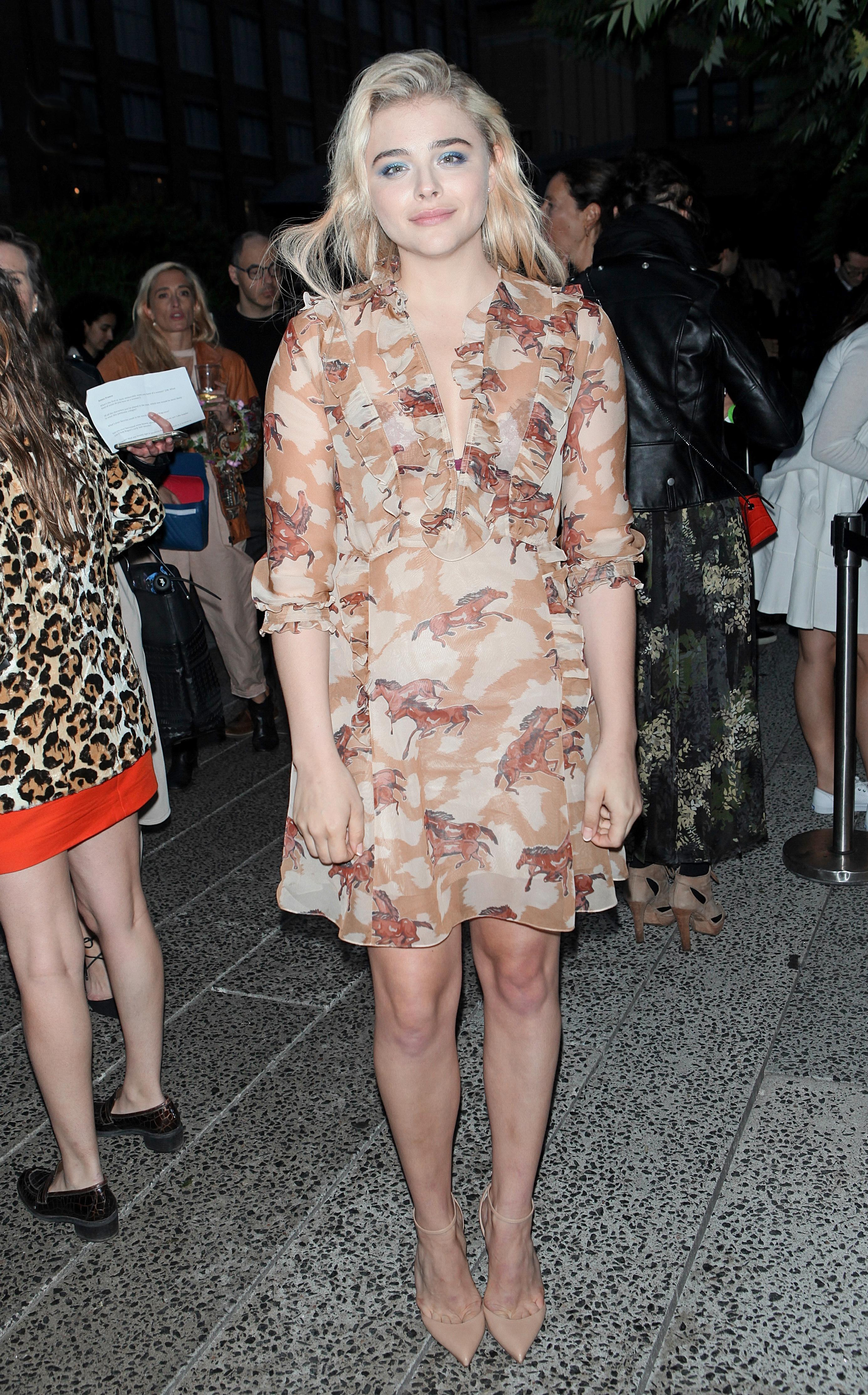 Длинноногую в платье раком фото 608-562