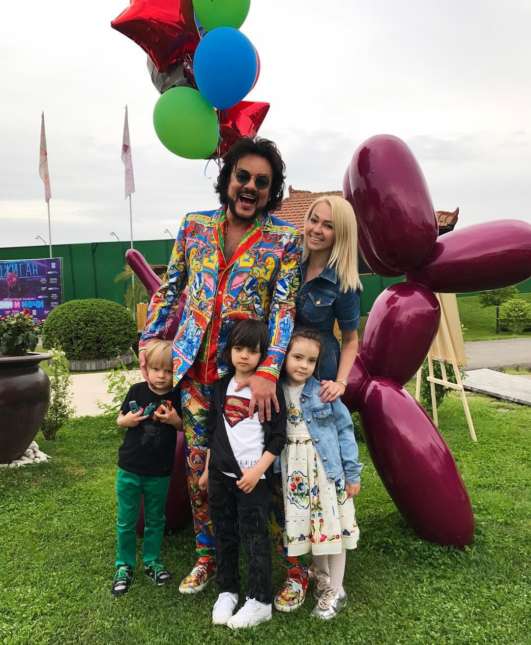 Скандальная Лорак сдочерью погуляла надне рождения сына Киркорова
