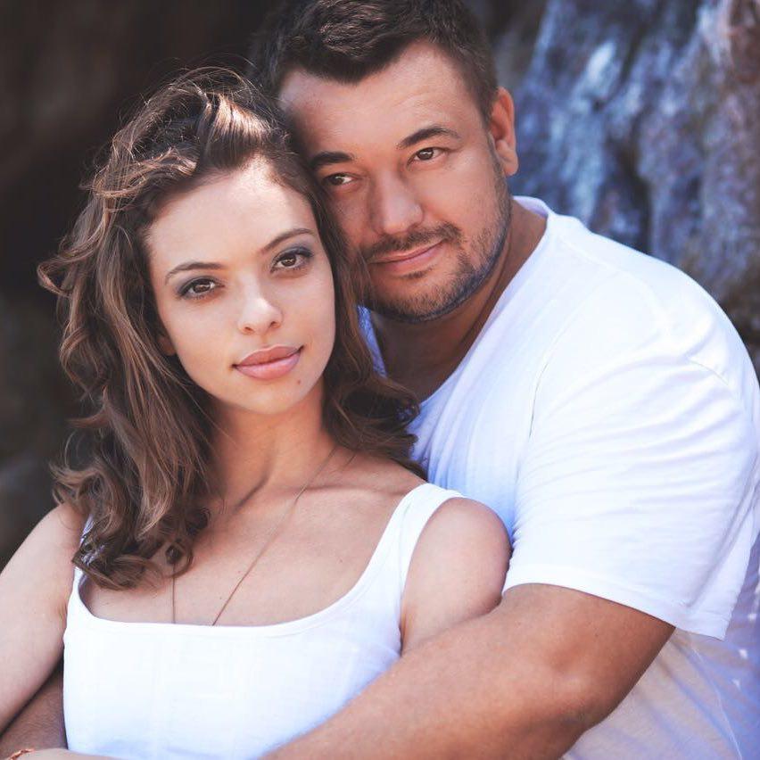 Сергей Жуков нежится вкровати с супругой вновом клипе «Конфета»