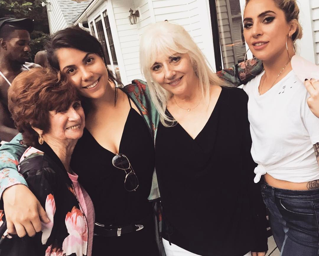 Леди Гага опубликовала редкое фото с мамой и бабушкой