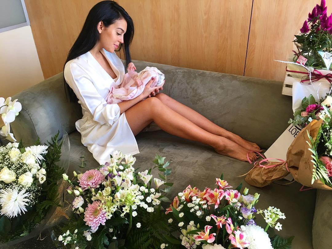Девушка Роналду обнародовала первые фото новорожденной дочери