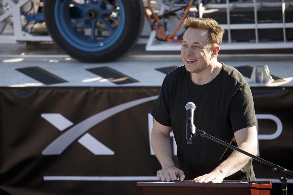 Илон Маск презентовал 1-ый беспилотный электрический фургон Tesla
