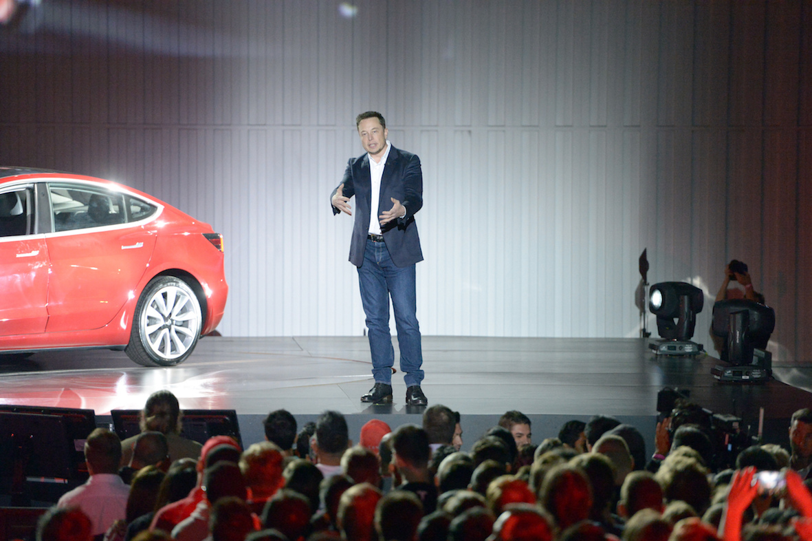 Илон Маск продемонстрировал спорткар соткидывающимся верхом Tesla Roadster