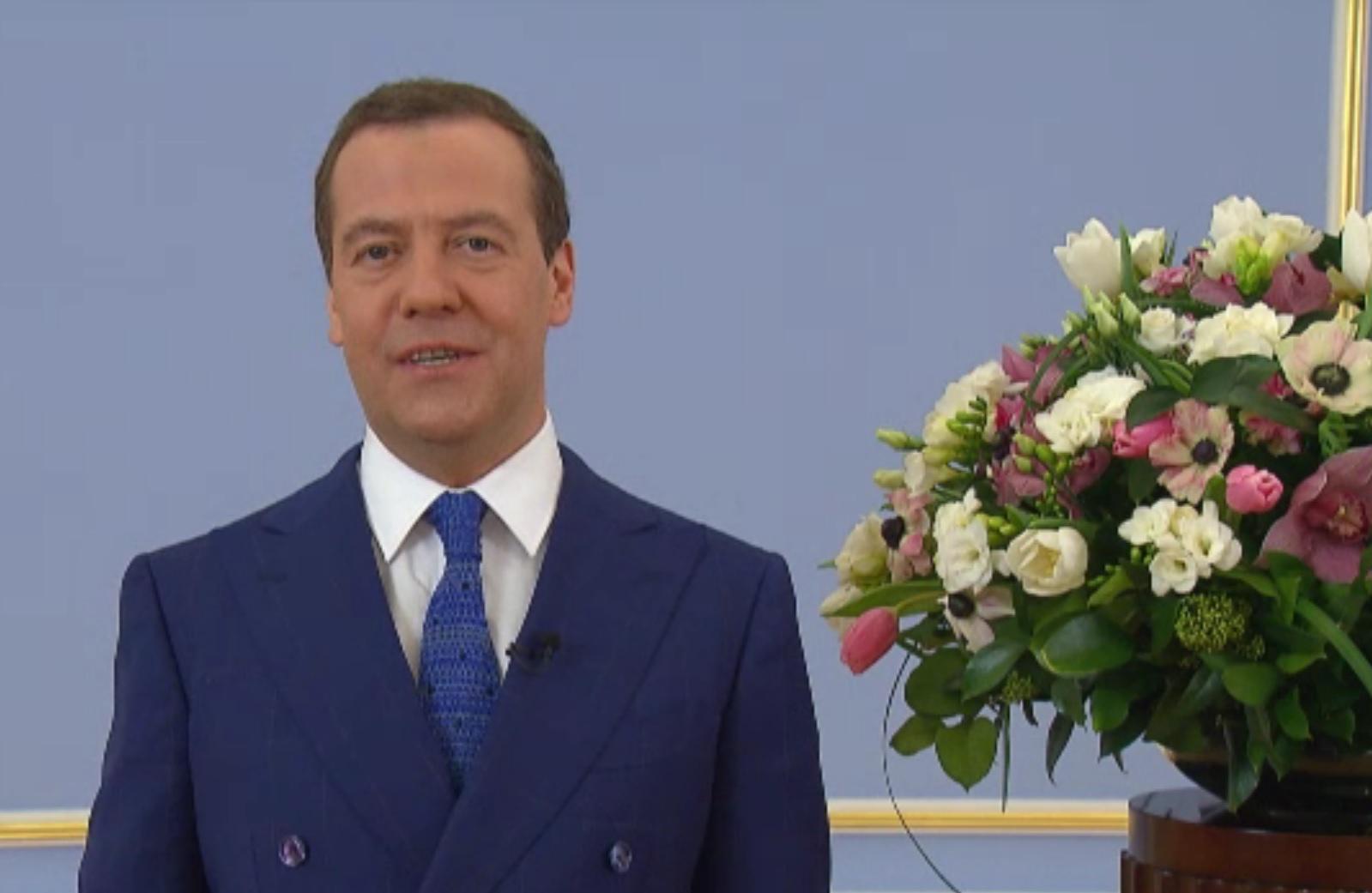 Медведев с цветами фото