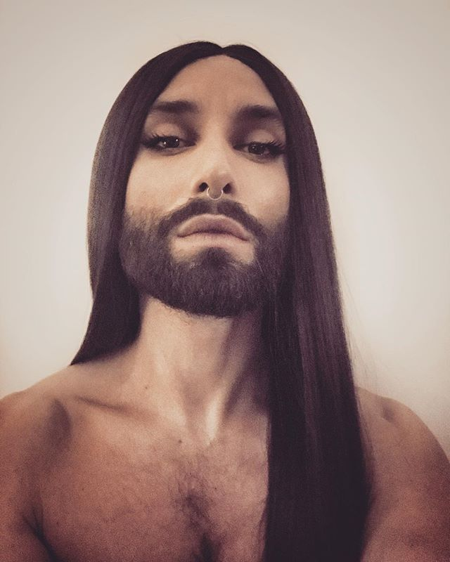 prosvechivayushie-platya-foto-konchita-vurst-krass-devushki-grudi-seks-s-russkimi