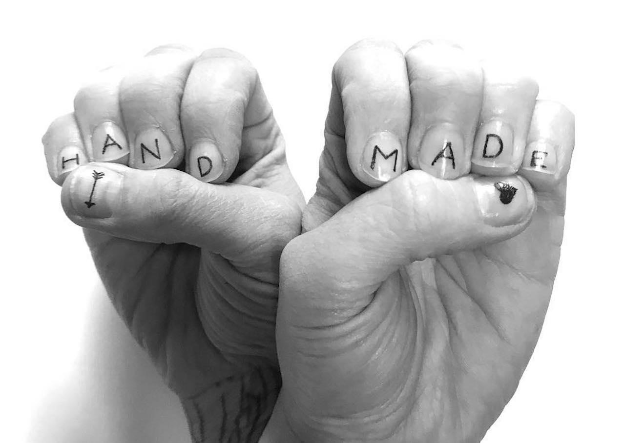 Новый бьюти-тренд: татуировки наногтях новые фото