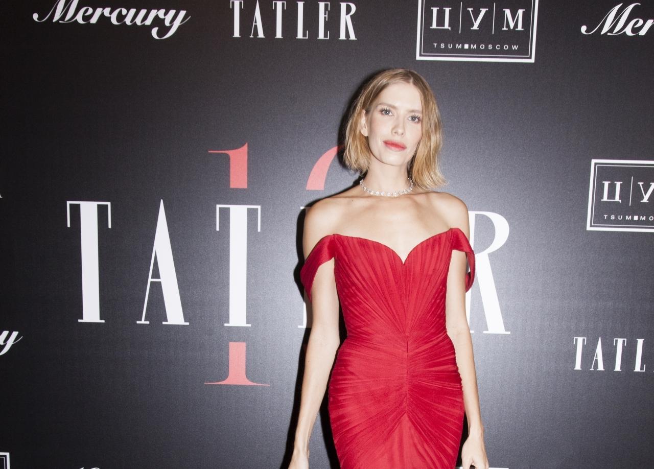 Перминова в алом макси-платье, Гагарина в бархатном корсете и не только: выбираем самую стильную звезду вечера в честь 10-летия Tatler