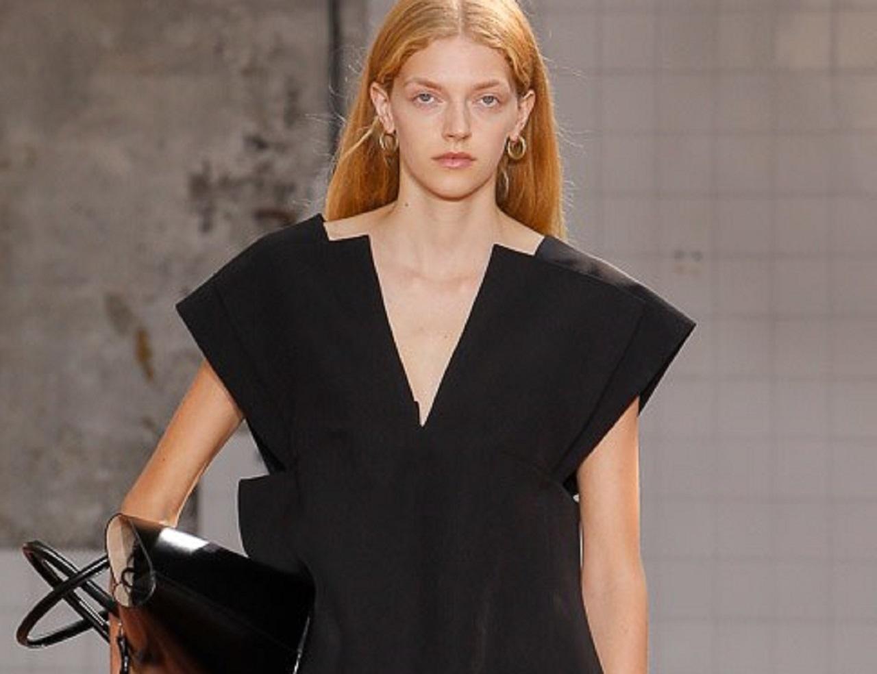 Сланцы на огромной подошве, геометричные рубашки и минимум цвета: смотрим весенне-летний показ Jil Sander