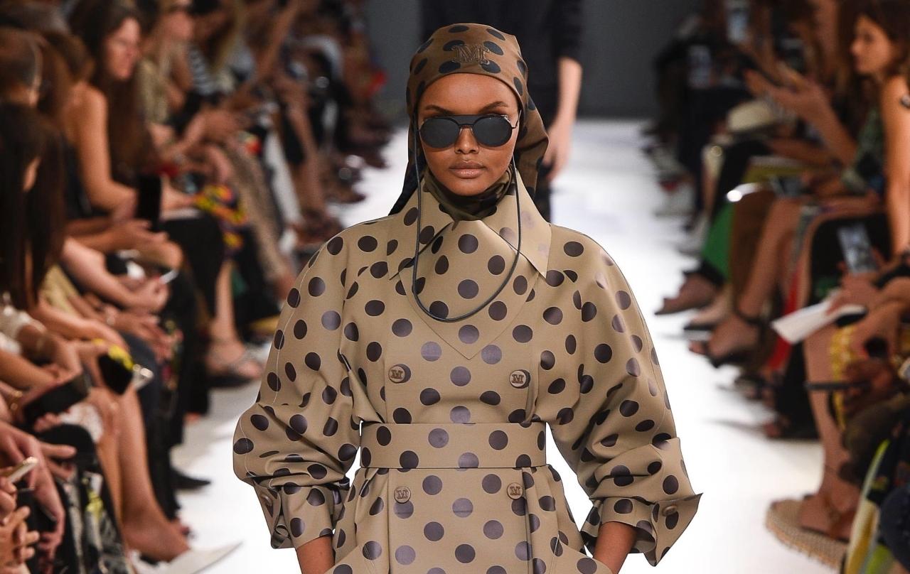Топ-модель в хиджабе Халима Аден стала звездой показа Max Mara наравне с Шейк, Гербер и Хадид