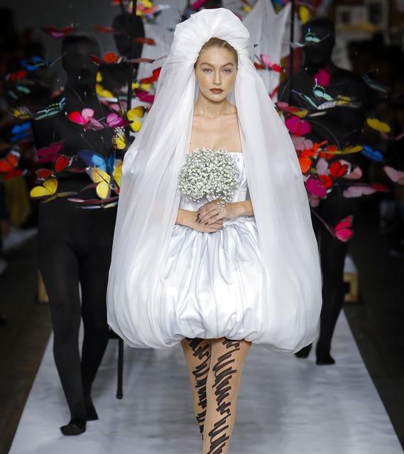 Джиджи Хадид в шикарном подвенечном платье, девушки-наперстки и образы в духе постмодернизма: смотрим сказочный показ Moschino