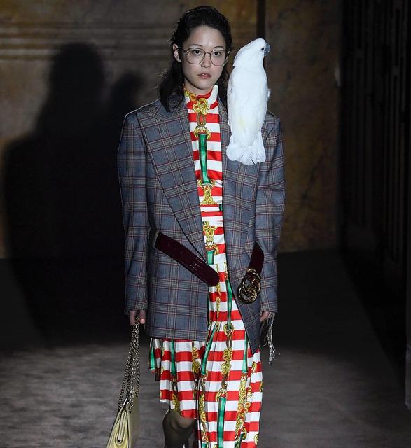 Какаду на плечe у модели, Микки-Маус вместо сумки и маски для сна: смотрим сюрреалистический показ Gucci