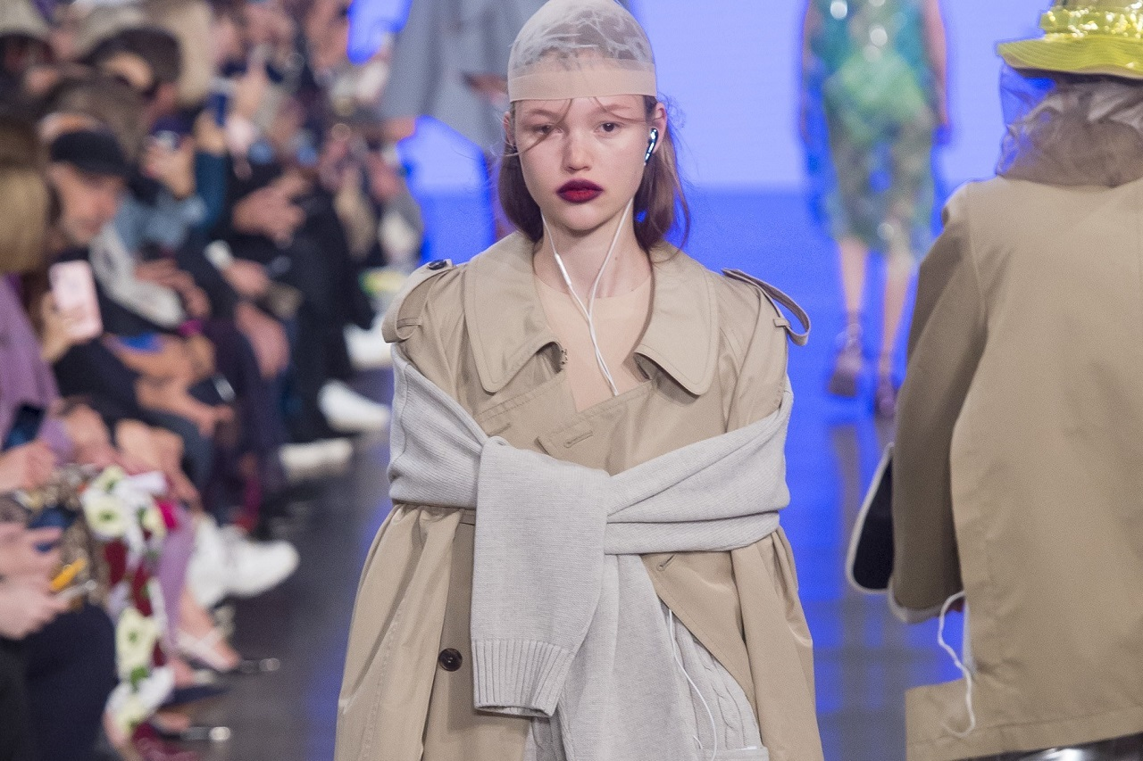 Сапоги с подставками под телефон, изрезанная одежда и странные головные уборы: смотрим неординарный показ Maison Margiela