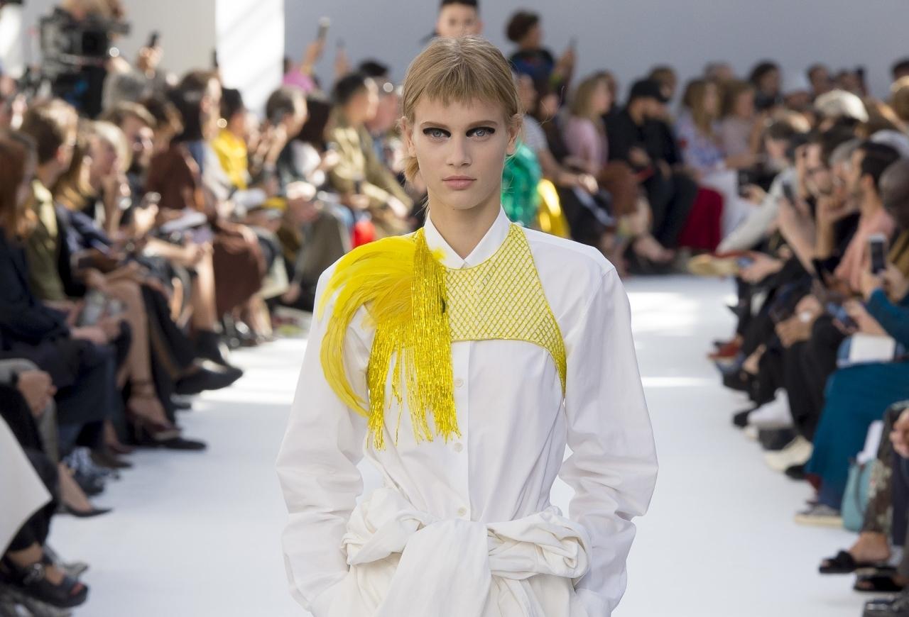 Все оригинальное — просто: классические тренчи и экстраординарные платья в коллекции Dries Van Noten