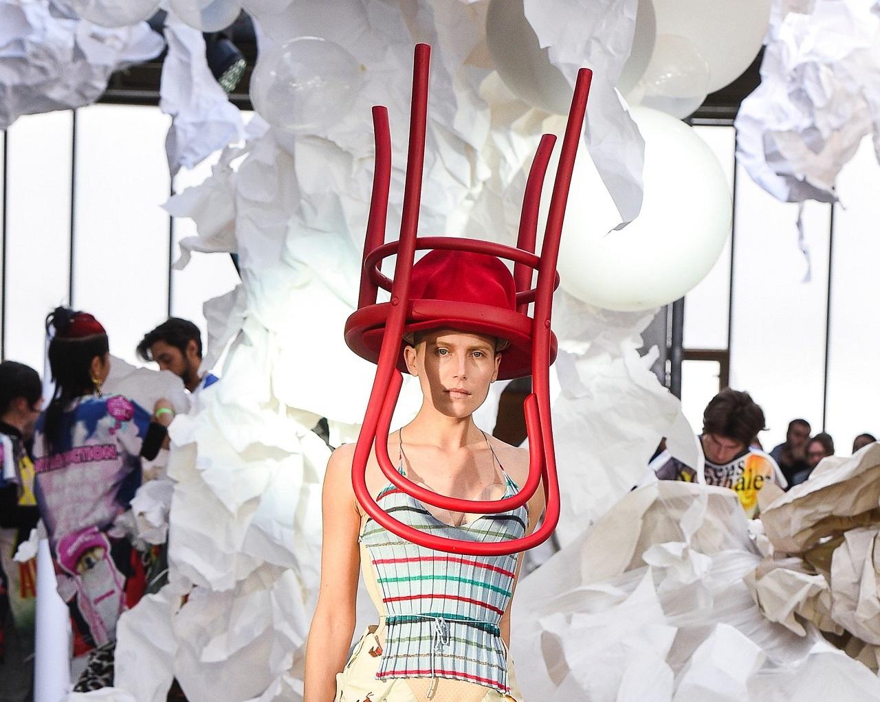 Шляпа-стул, атлеты на каблуках и не только: смотрим провокационный показ Andreas Kronthaler for Vivienne Westwood