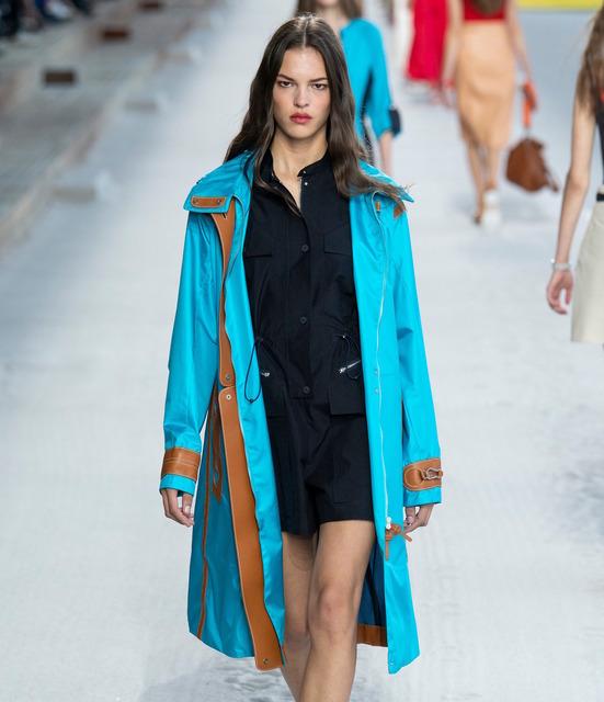 Мне бы в небо: в элегантных платьях, кожаных юбках и ярких плащах отправляемся в полет с Hermès