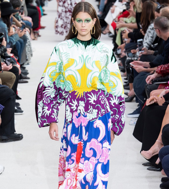 Показ Valentino: Кайя Гербер в ярком принтованном платье, огромные соломенные шляпы и постимпрессионизм Гогена