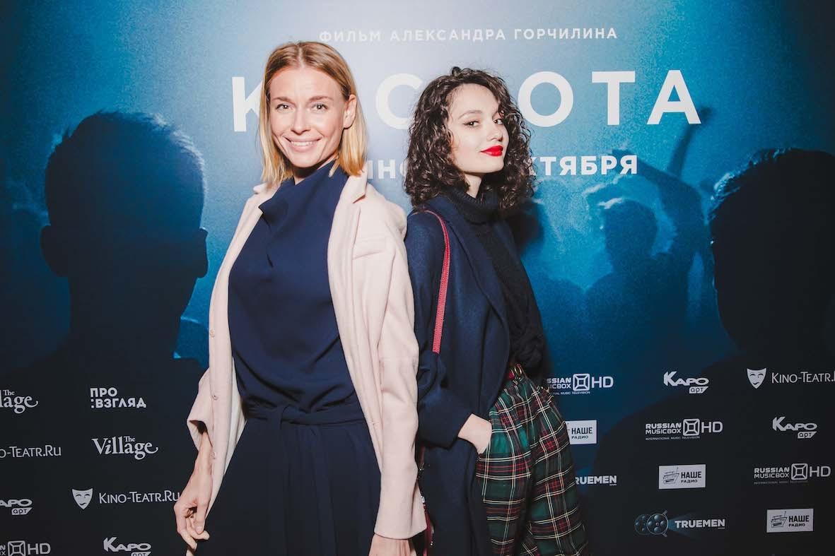 Толкалина пришла на премьеру фильма «Кислота» с красавицей-дочкой, а Калашникова снова в безвкусном наряде