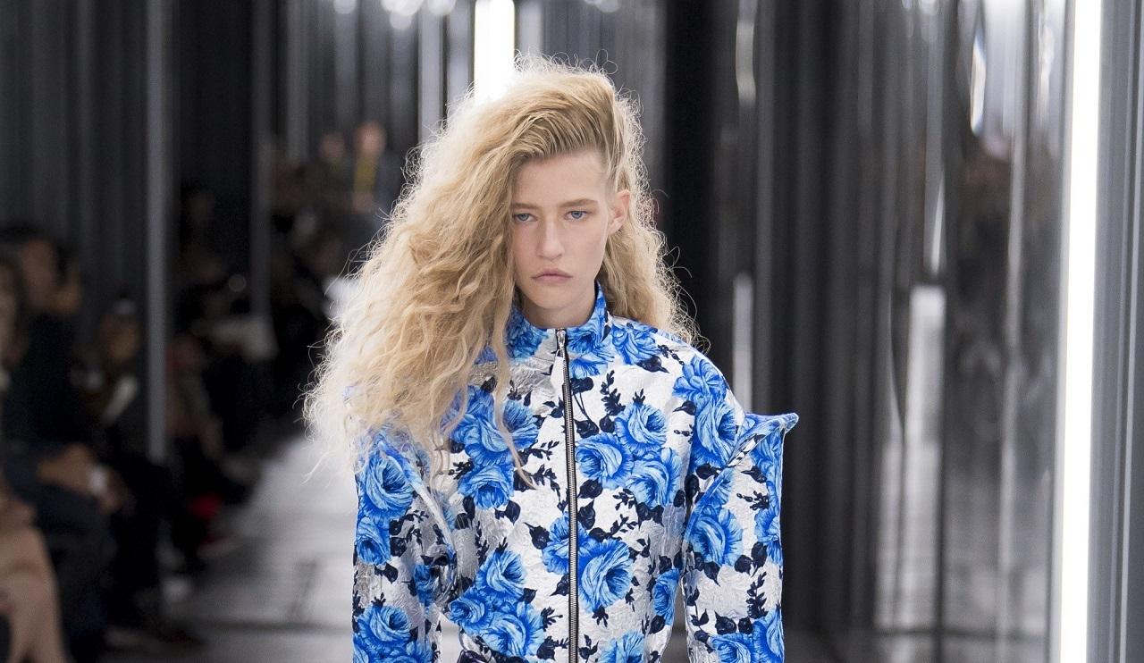 Футуристичные платья, космические комбинезоны и яркие принты в новой коллекции Louis Vuitton