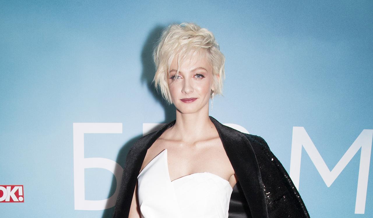 Максимова пришла на премьеру фильма «Без меня» в блестящем пиджаке и асимметричном топе, а Аксенова — в «старомодном» костюме с цепочкой