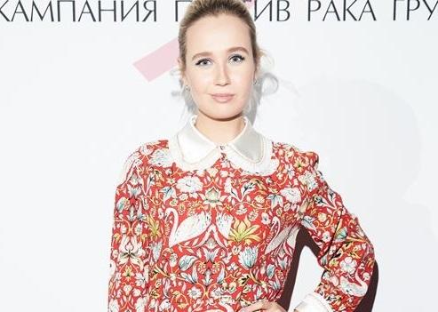 Клава Кока пришла на прием Estée Lauder в платье с лебедями и зеленых ботильонах, а Наzима — в нежном пудровом наряде по фигуре и босоножках