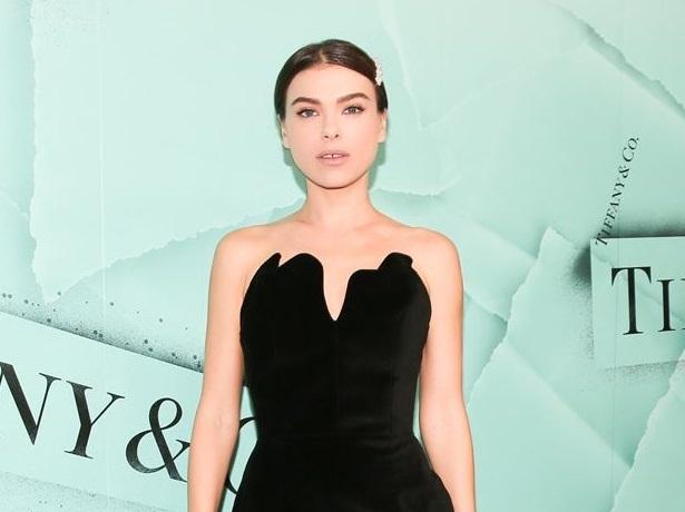 Темникова пришла на презентацию Tiffany в Нью-Йорке в бархатном платье с фантазийным декольте, а Кардашьян — в молочном наряде с просвечивающим лифом