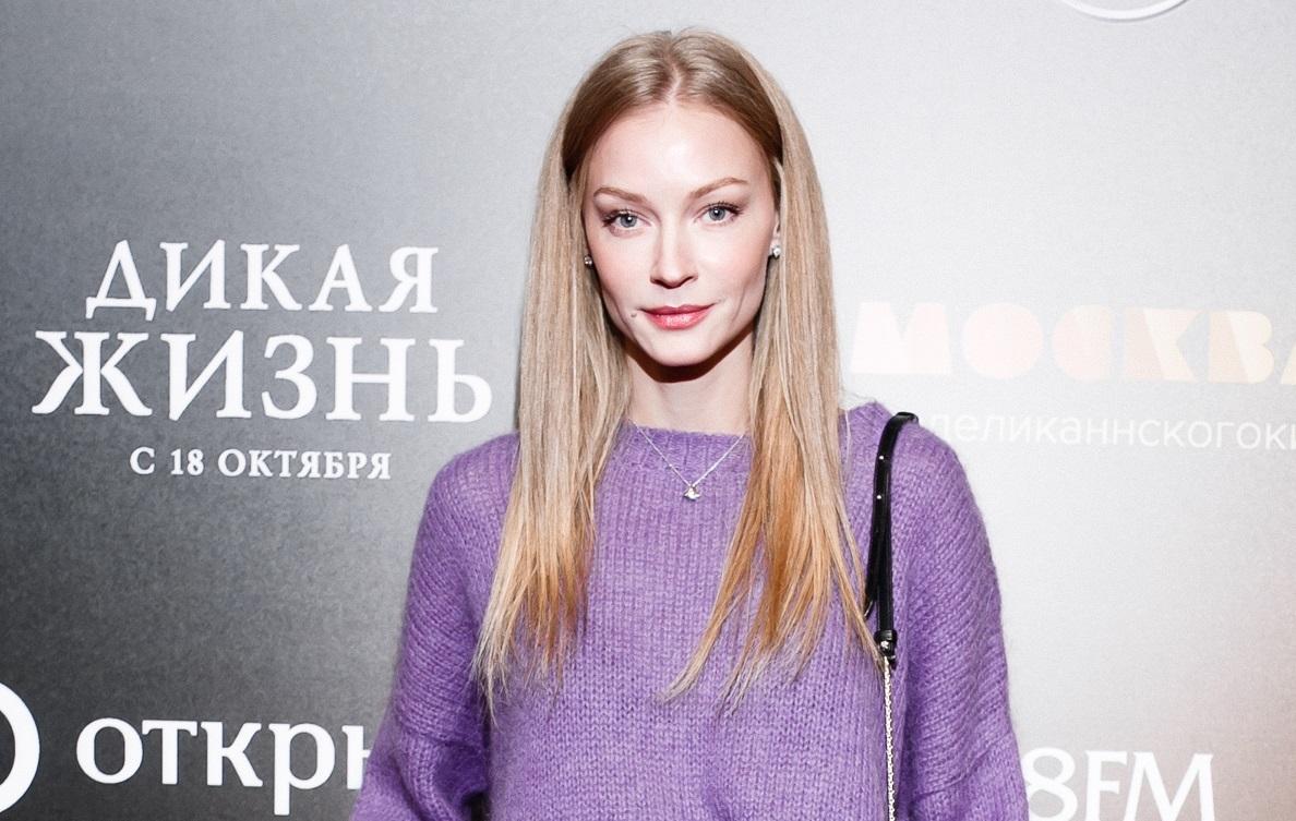 Ходченкова пришла на премьеру «Дикой жизни» в фиолетовом свитере oversize и кожаной юбке, а Летучая — в нуарном тренче