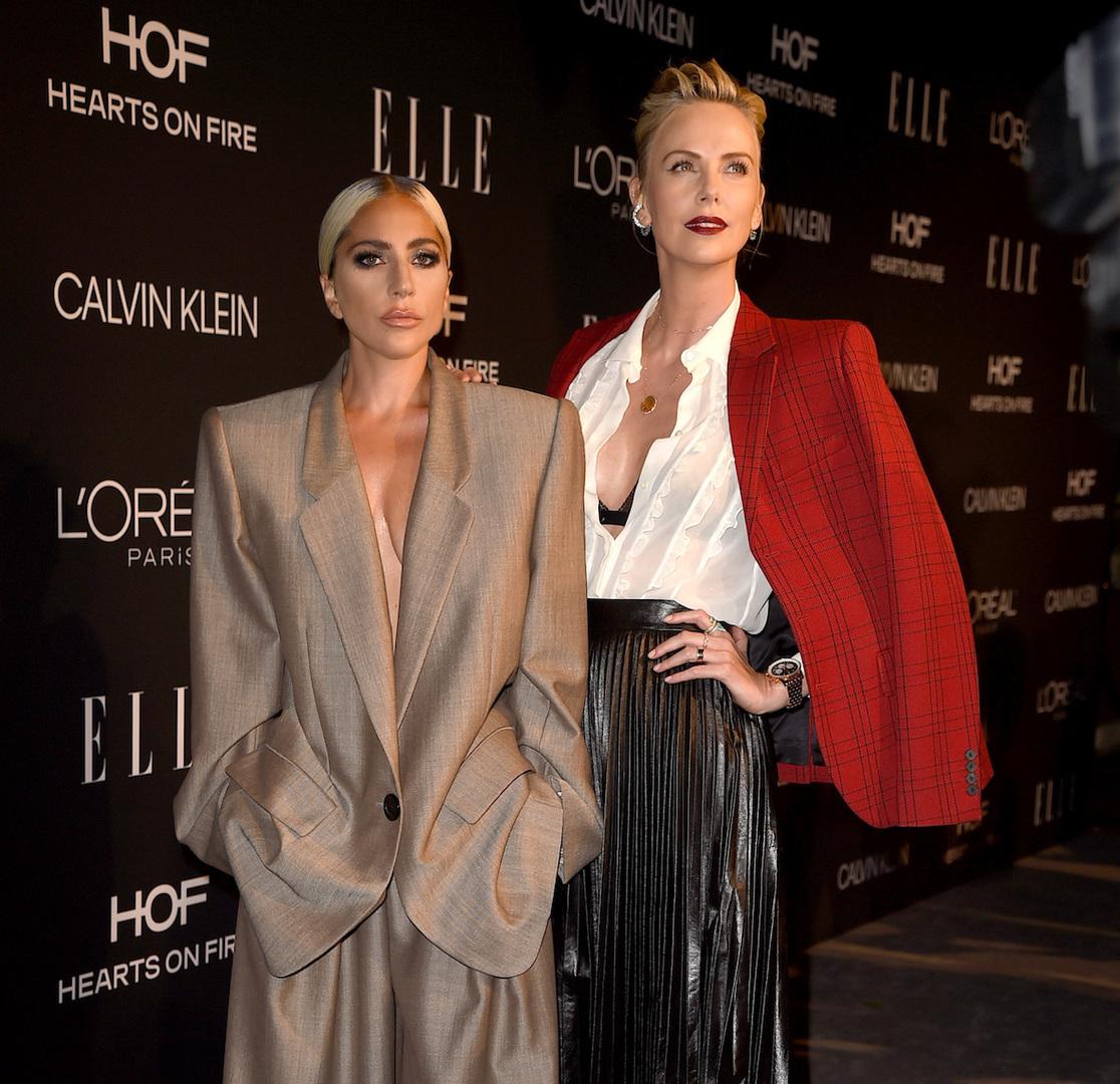 Гага пришла на премию Elle Women in Hollywood в oversize-костюме на голое тело, Лопес — с бантом, а Найтли — в романтичном образе