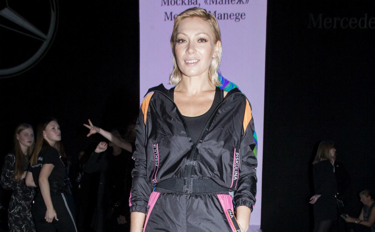 Звездные гости четвертого дня MBFW Russia: Юлия Топольницкая пришла на показы в джинсах и кедах, а Аврора — в спортивном костюме и на каблуках