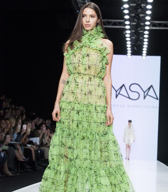 Показ Yasya Minochkina: скромная элегантность, винтажные образы и звезда «Холостяка» на подиуме