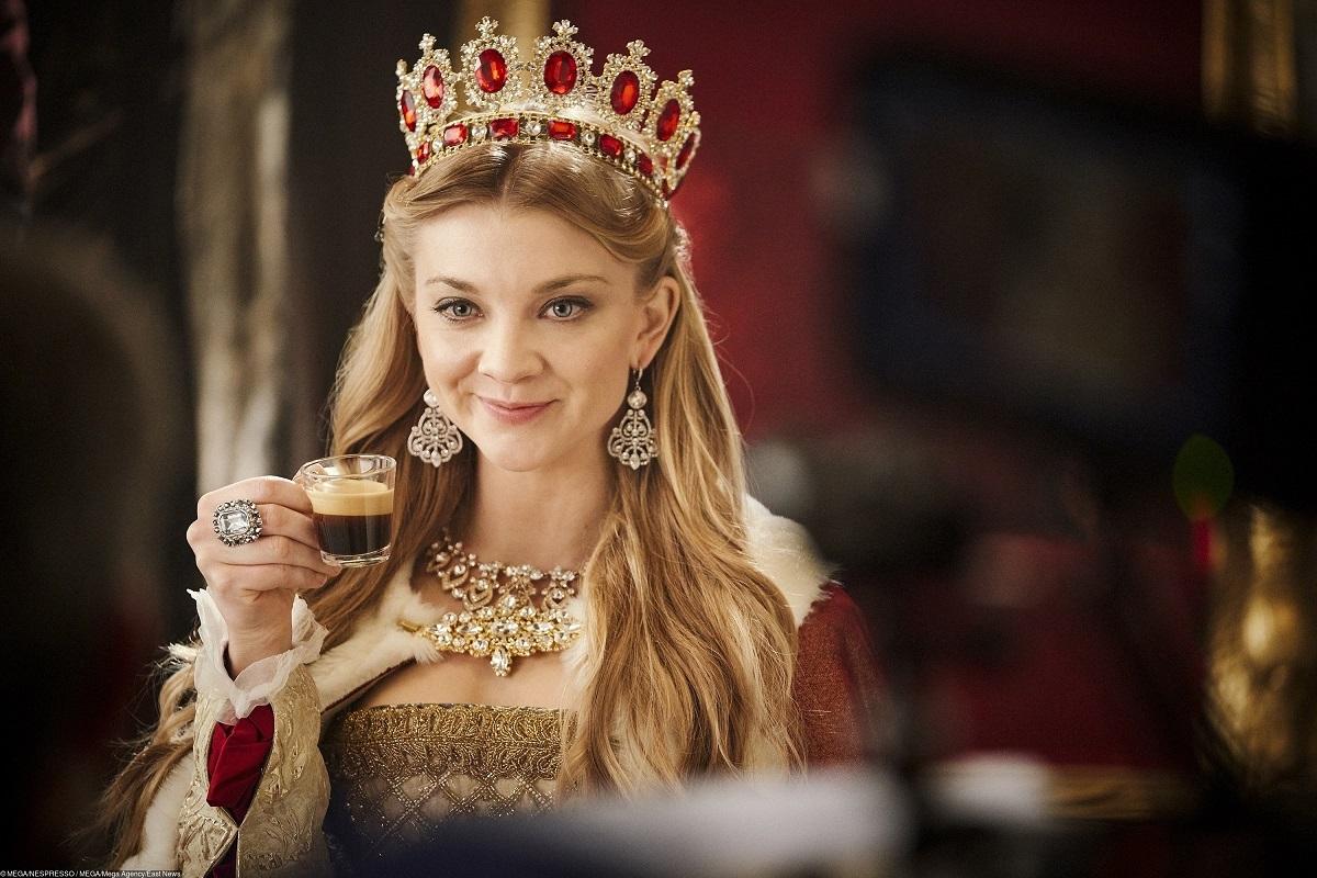 Тяжелые доспехи, шикарная корона и побег в иной мир: Натали Дормер и Джордж Клуни прорекламировали кофе в стиле «Игры престолов»